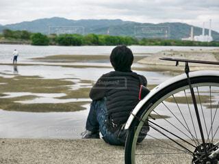 サイクリング中、川縁でのんびりひと休みの写真・画像素材[4429454]
