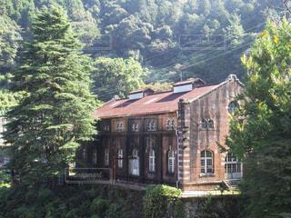 山を背景にした古い煉瓦造りの西洋建築の写真・画像素材[4468834]