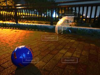 雨に濡れるボールとビニール傘の写真・画像素材[4468959]