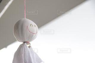 ベランダに吊るしたてるてる坊主の写真・画像素材[4536423]