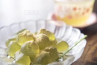 抹茶のわらび餅と冷たいお茶の写真・画像素材[4537696]