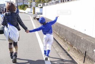 道を歩く親子の後ろ姿の写真・画像素材[4587853]