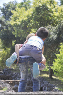 弟をおんぶしているお兄ちゃんの写真・画像素材[4587852]