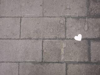 石造りの地面に落ちた、ハートの紙吹雪の写真・画像素材[4616203]