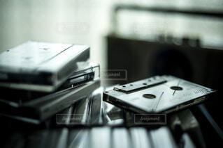 ラジカセとたくさんのカセットテープの写真・画像素材[4776339]