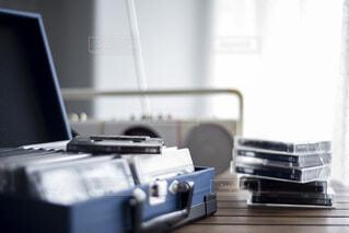 ラジカセとたくさんのカセットテープの写真・画像素材[4776338]