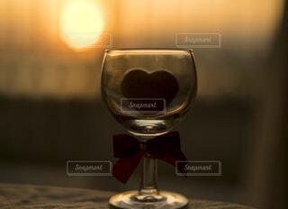 ワイングラスの中のハート一粒チョコレートの写真・画像素材[4816880]