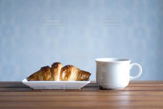 テーブルの上のクロワッサンとコーヒーの写真・画像素材[4828808]