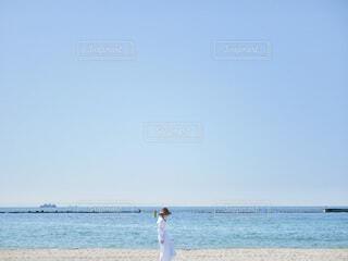 水際のビーチに立っている人の写真・画像素材[4839745]