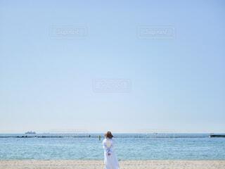 砂浜の上に立っている人の写真・画像素材[4839746]