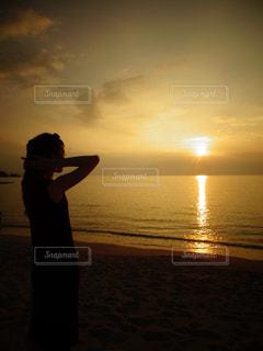女性,海,空,夏,夕日,夕焼け,沖縄,シルエット,人物,地平線,サンセット,美ら海,ブセナテラス