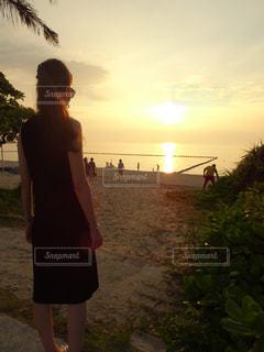 女性,空,夏,夕日,ビーチ,後ろ姿,砂浜,夕焼け,沖縄,人物,地平線,サンセット,美ら海,ブセナテラス