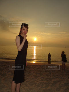 女性,空,夏,夕日,ビーチ,雲,砂浜,夕焼け,沖縄,人物,地平線,サンセット,美ら海,ブセナテラス