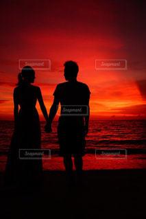 女性,男性,海,空,夏,夕日,カップル,ビーチ,雲,後ろ姿,砂浜,夕焼け,沖縄,シルエット,人物,サンセット,美ら海
