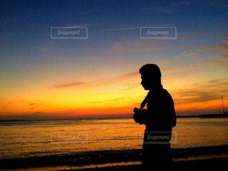 男性,海,空,夏,夕日,ビーチ,雲,砂浜,夕焼け,沖縄,シルエット,人物,カメラマン,サンセット,美ら海