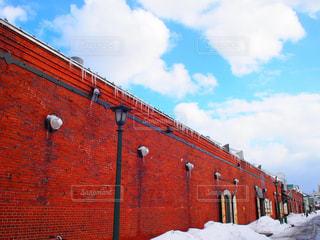 空,雪,赤,綺麗,青空,青,鮮やか,赤レンガ倉庫,赤レンガ,フォトジェニック,インスタ映え,斜線構図