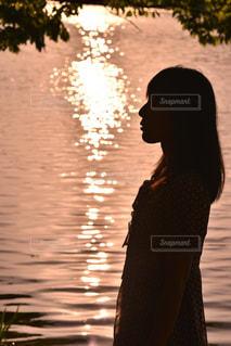 キラキラ光る夕日の写真・画像素材[1283648]