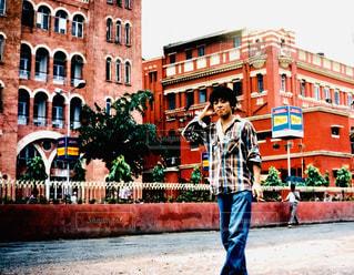 建物の前に立っている男の写真・画像素材[1684947]