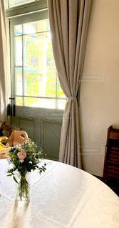 お部屋にお花を飾りましょうの写真・画像素材[2141141]