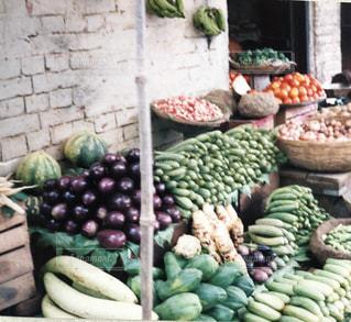 ディスプレイ上の多くの異なる野菜のクローズアップの写真・画像素材[2433757]