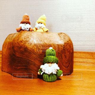 木製のテーブルの上に座っているケーキの写真・画像素材[2736025]