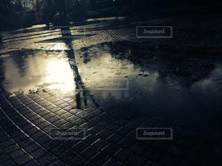 水面の夕焼けの写真・画像素材[1276998]