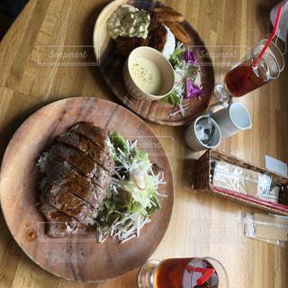 近くの木製のテーブルの上に食べ物をの写真・画像素材[1271243]