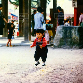 歩道を歩いている人のグループの写真・画像素材[1271124]