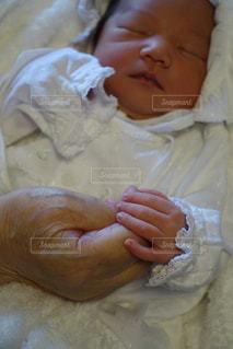 ベッドの上に座っている赤ちゃんの写真・画像素材[1453046]