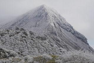 雪に覆われた山の写真・画像素材[1736128]