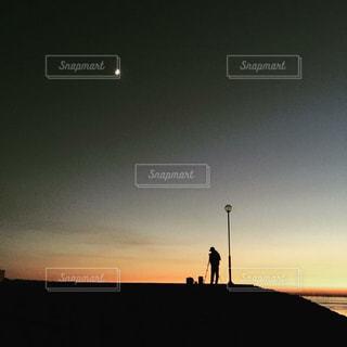 海,夕日,夕焼け,写真を撮る人