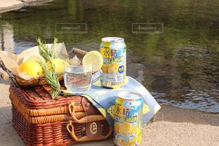 川を眺めながら氷結レモン♡の写真・画像素材[1302560]