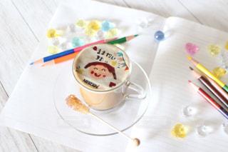 テーブルの上のコーヒー カップの写真・画像素材[1462583]