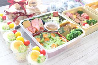 テーブルの上に食べ物の束の写真・画像素材[1542719]