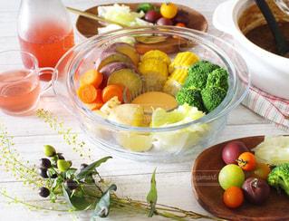 テーブルの上に食べ物のボウルの写真・画像素材[1542760]