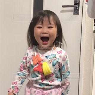 追いかけられて笑顔!!の写真・画像素材[1588695]