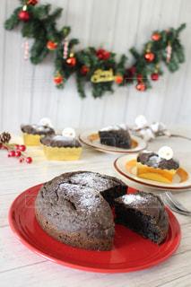 皿の上のケーキを持つテーブルの写真・画像素材[1680714]