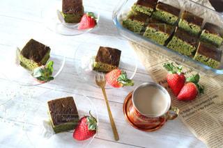 テーブルの上に座って食品の束の写真・画像素材[1680720]