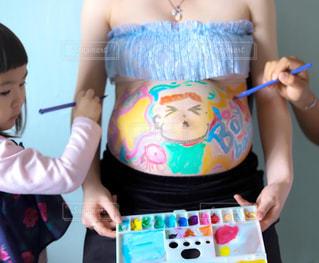 長女のマタニティフォトでお腹にお絵描き!の写真・画像素材[3221150]
