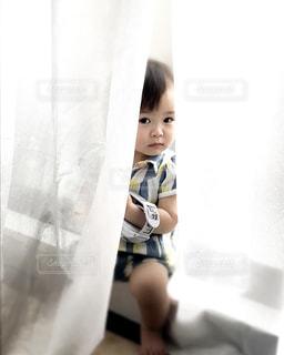 カーテンの隙間から、チラ♡の写真・画像素材[3317820]