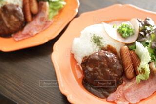 食べ物の皿をテーブルの上に置くの写真・画像素材[4191567]