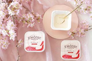 テーブルの上にピンクの花の写真・画像素材[4238338]