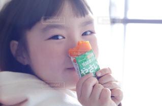 赤ん坊を抱く手の写真・画像素材[4261599]
