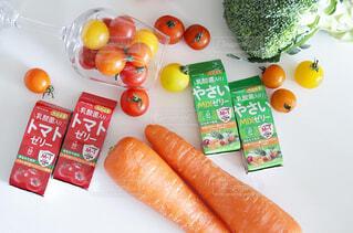 まな板に肉と野菜を入れた食べ物の皿の写真・画像素材[4261602]