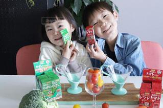 食べ物を食べている小さな女の子の写真・画像素材[4261605]