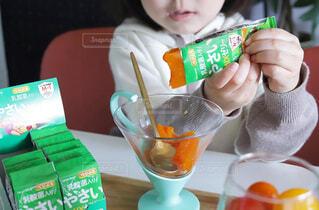 テーブルの上に座っている小さな子供の写真・画像素材[4261606]
