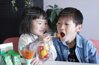 秋篠宮の久仁親王、ソクヒョン・ファンが写真のポーズをとっているの写真・画像素材[4261608]