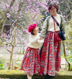 草の中を歩いている女性の写真・画像素材[4296002]