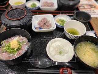 テーブルの上に食べ物を1杯入れるの写真・画像素材[3965224]