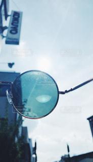 鏡の前で道路標識の表示 - No.794480